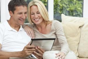 Paar probiert die Online-Immobilienbewertung von Team Rauscher aus