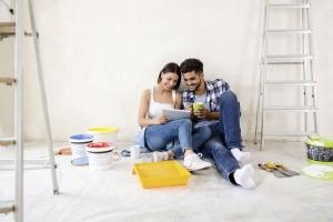 Paar beim Renovieren einer Wohnung